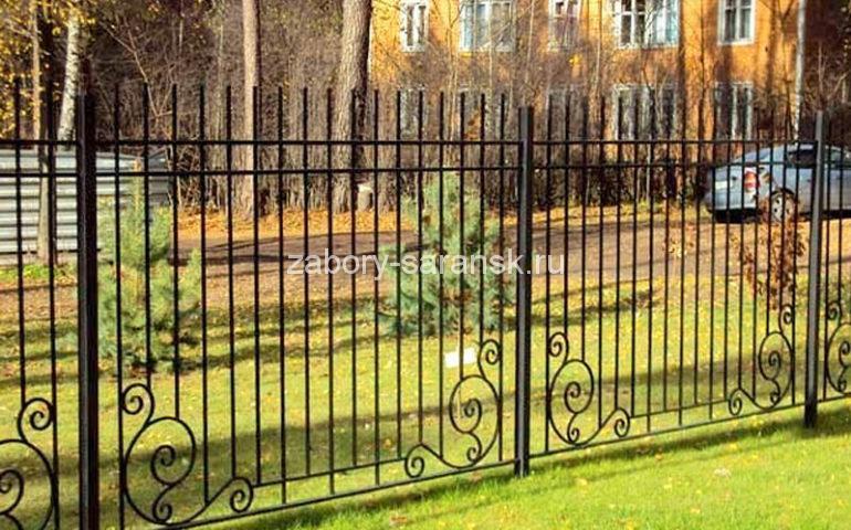 забор металл с элементами ковки