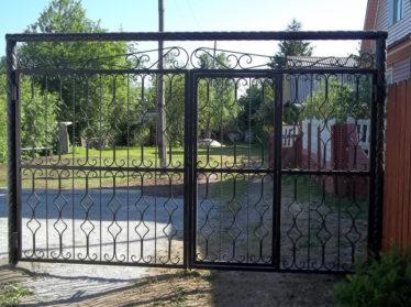 заборы с элементами ковки с воротами и калиткой